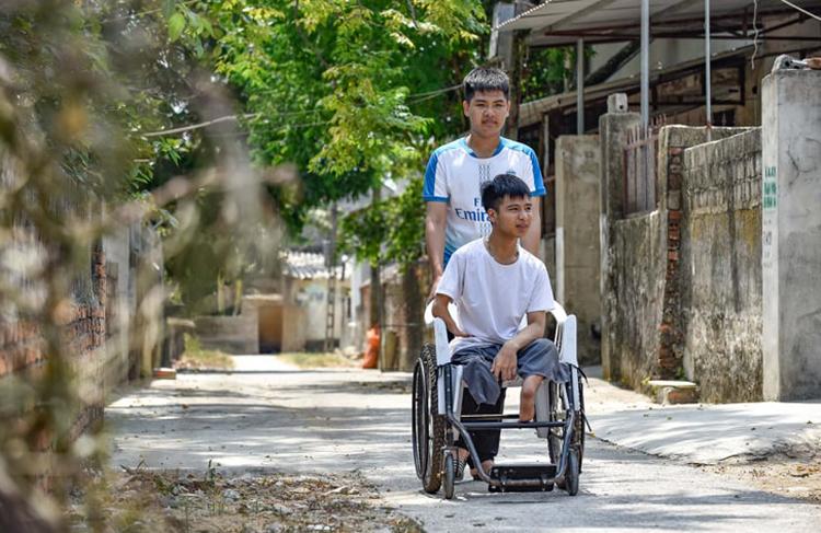 Ngoài giờ học, Hiếu và Minh cùng nhau chia sẻ những khó khăn, vui buồn trong cuộc sống. Ảnh: Lam Sơn.