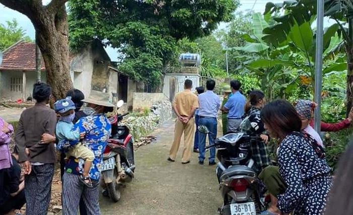 Người dân tập trung trước căn nhà vừa xảy ra án mạng sáng 7/10. Ảnh: Lam Sơn.