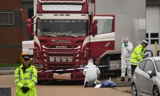 Cảnh sát khám nghiệm xe container chứa 39 thi thể người Việt tại hạt Essex, Anh, hồi tháng 10/2019. Ảnh: AFP.