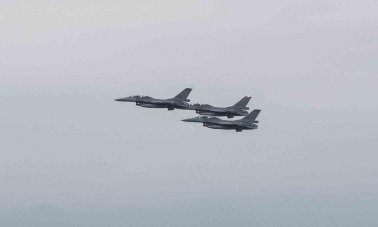 Tiêm kích F-16 của phòng vệ Đài Loan bay qua thành phố Đài Bắc, ngày 24/9. Ảnh: Cơ quan phòng vệ Đài Loan.