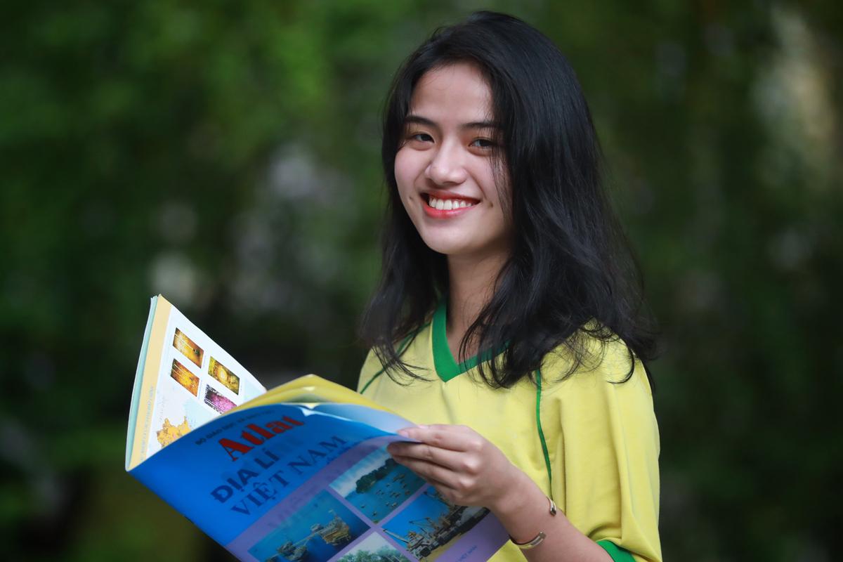 Nữ sinh dự thi tốt nghiệp THPT tại TP HCM hồi tháng 8. Ảnh: Hữu Khoa.