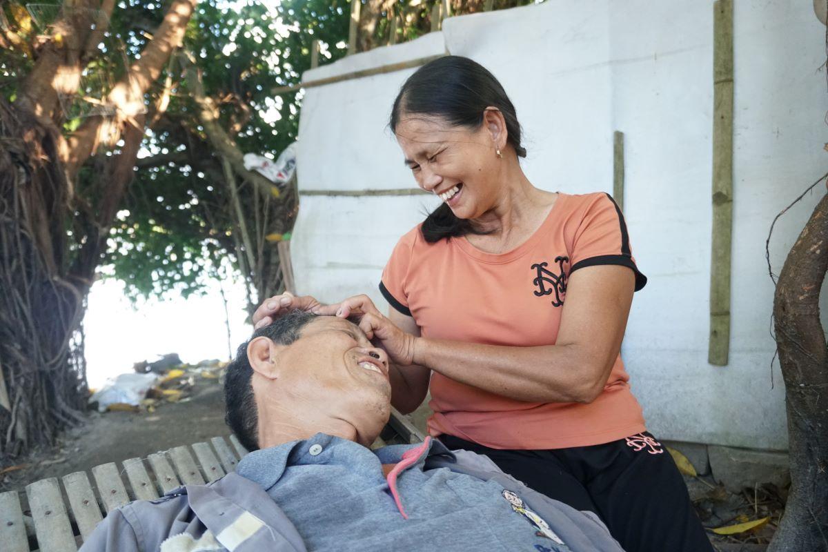 Vợ chồng ông Đa bà Thủy trong gò đất họ cùng đắp trong 10 năm. Ảnh: Phạm Linh.