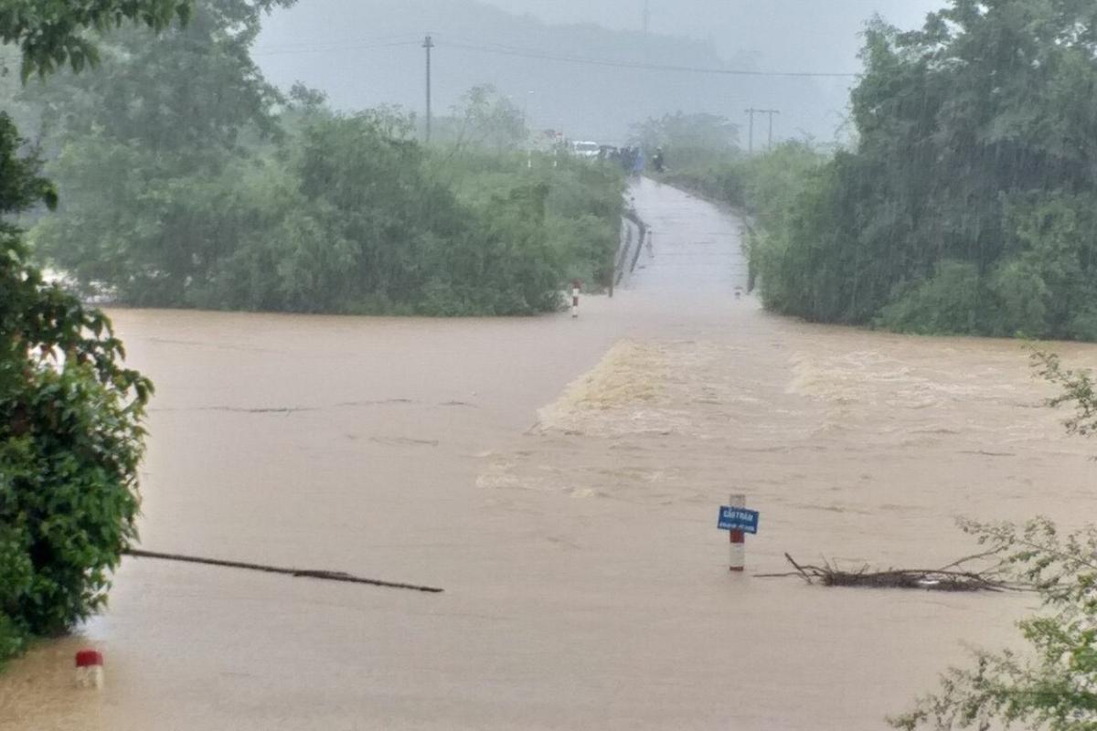 Huyện yêu cầu các xã chủ động phương châm 4 tại chỗ để đối phó mưa lũ. Ảnh: Phan Phương