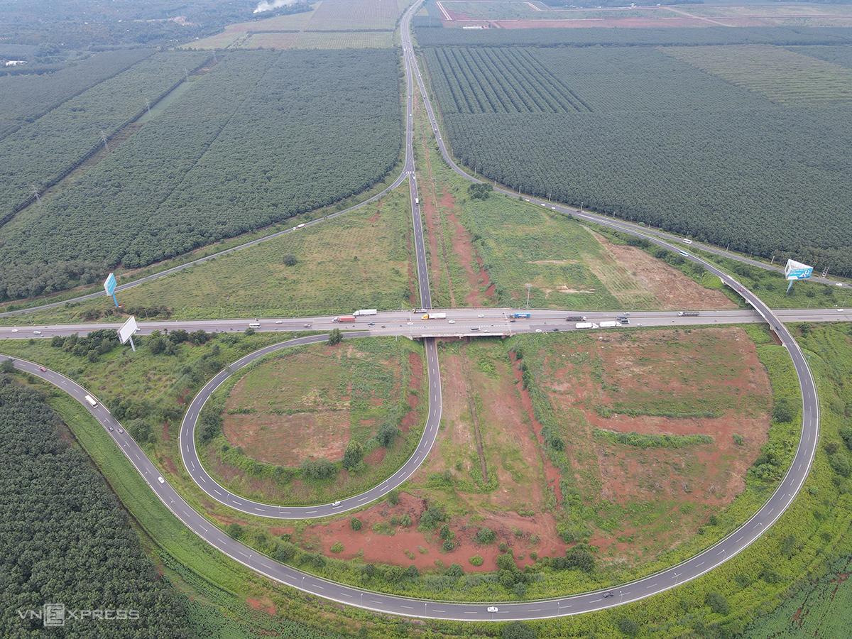 Nút giao cao tốc TP HCM - Long Thành - Dầu Giây với quốc lộ 1A tại huyện Thống Nhất, Đồng Nai, hôm 4/10. Ảnh: Phước Tuấn.