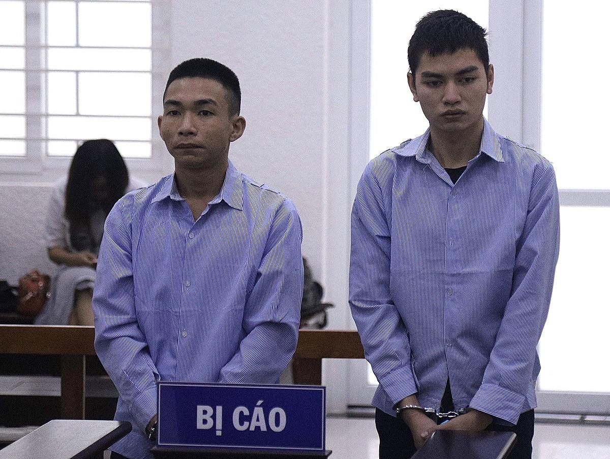 Bị cáo Giáp (trái) và Trường tại phiên toà sáng 7/10. Ảnh: Danh Lam