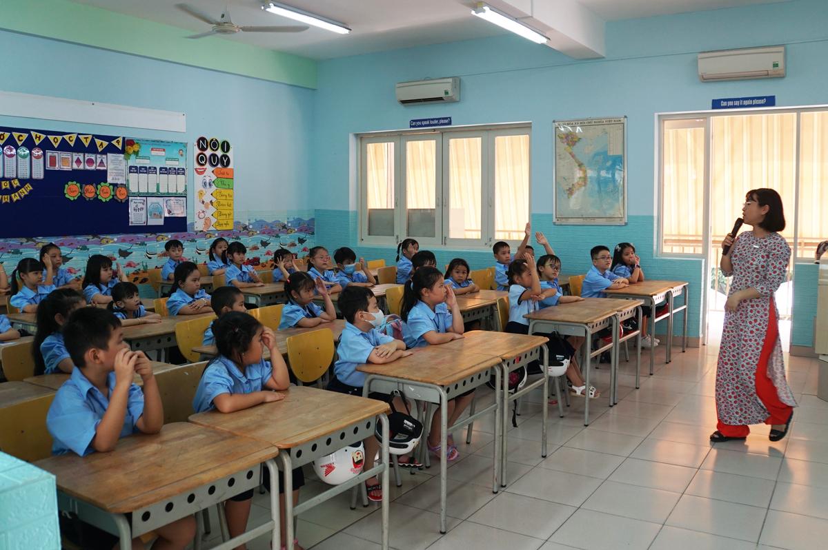 Học sinh lớp 1 trường Tiểu học Đinh Tiên Hoàng trong một buổi học hồi đầu tháng 9. Ảnh: Mạnh Tùng.