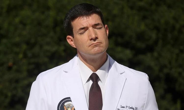 Bác sĩ Sean Conley trong buổi họp báo công bố tình hình sức khỏe của Tổng thống Trump sáng 5/10. Ảnh: Reuters.