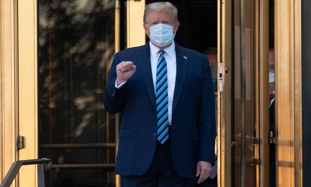 Tổng thống Mỹ Donald Trump rời Trung tâm Quân y Quốc gia Walter Reed, bang Maryland, để trở về Nhà Trắng hôm 5/10. Ảnh: AFP.