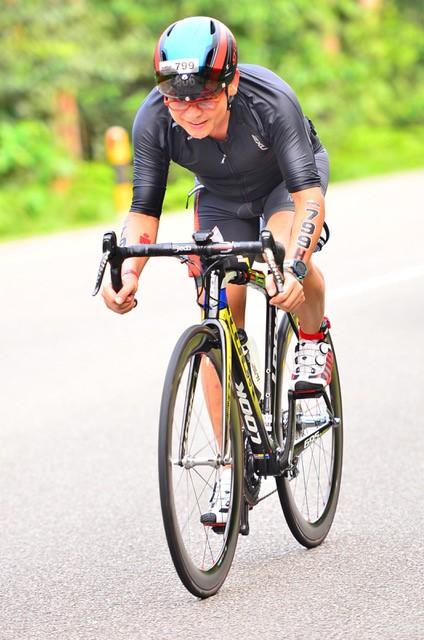 GS. Dương Nguyên Vũ trên đường đua tại cuộc thi Ironman 70.3 Bintan, Indonesia 2016. Ảnh: VinUni.