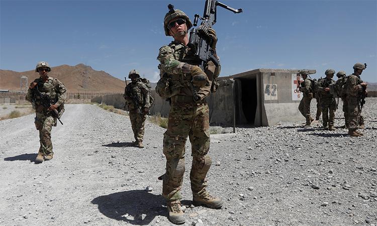 Binh sĩ Mỹ đi tuần cùng lính Afghanistan tại tỉnh Logar, tháng 8/2018. Ảnh: Reuters.