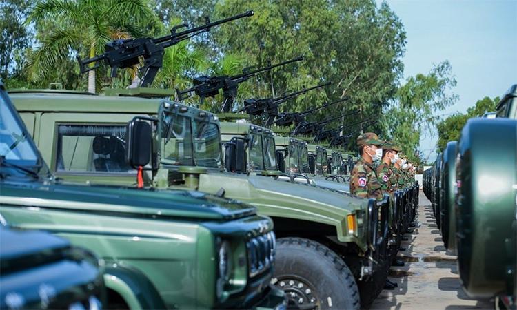 Lục quân Campuchia tiếp nhận 75 xe quân sự do Trung Quốc hỗ trợ trong buổi lễ tại thủ đô Phnom Penh, ngày 6/10. Ảnh: BQP Campuchia.