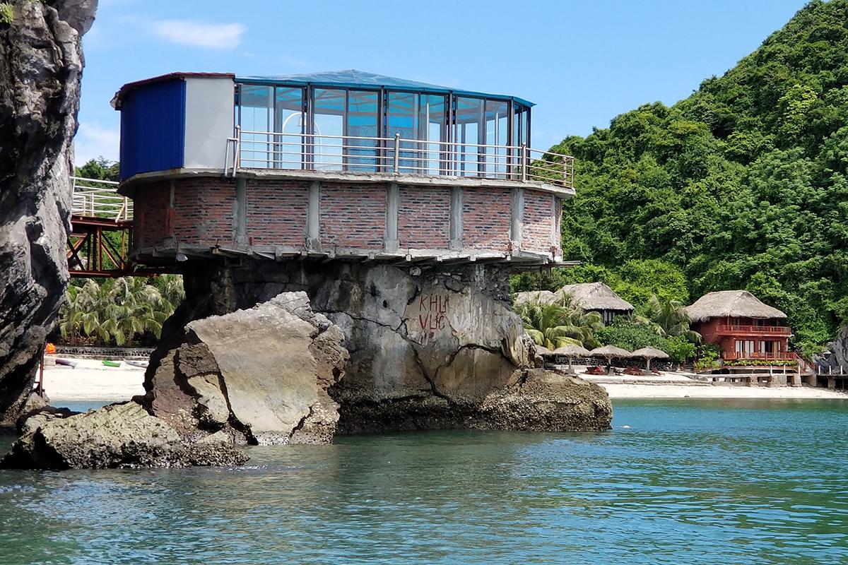 Năm 2018, chủ đầu tư điểm du lịch trên đảo Cát Dứa 2 đã 2 lần bị Ban quản lý vườn và Hạt kiểm lâm vườn quốc gia Cát Hà lập biên bản xử lý, yêu cầu tháo dỡ các công trình mới xây dựng trái phép, tuy nhiên đến nay, chủ cơ sở vẫn không chấp hành. Ảnh: Giang Chinh
