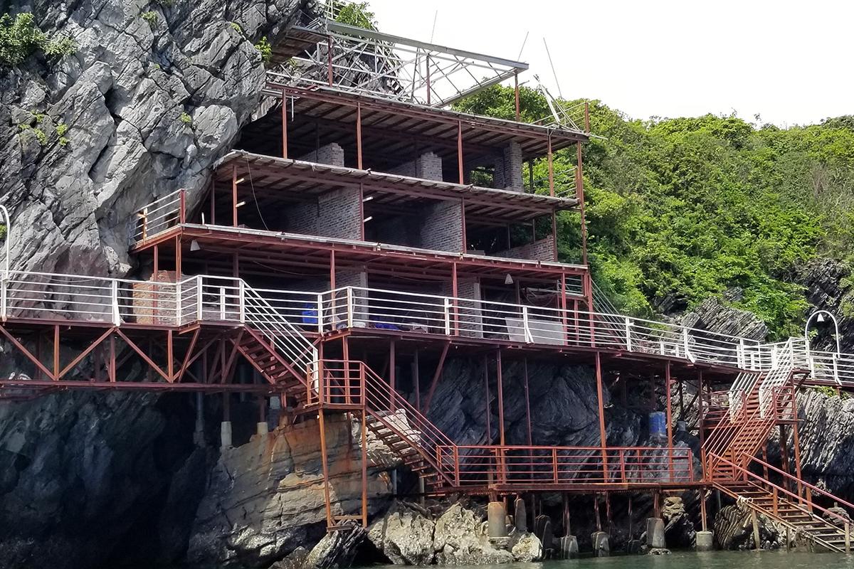 Nhiều công trình xây dựng trái phép trên đảo Cát Dứa 2, Vườn quốc gia Cát Bà đang bị nhà chức trách Hải Phòng yêu cầu tháo dỡ. Ảnh: Giang Chinh