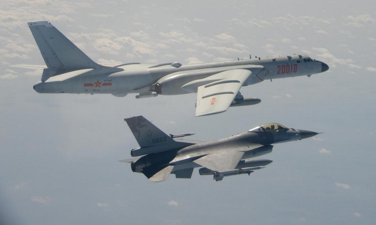 Tiêm kích Đài Loan (dưới) bám theo oanh tạc cơ Trung Quốc trên eo biển Đài Loan hồi tháng 2. Ảnh: Reuters.