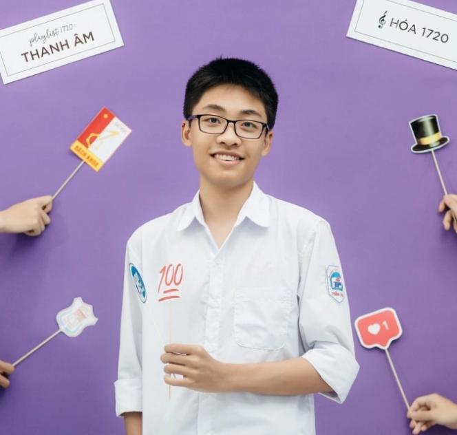Nguyễn Trung Hải trong bộ ảnh truyền thống của học sinh cuối cấp trường THPT chuyên Trần Phú, Hải Phòng. Ảnh: Nhân vật cung cấp