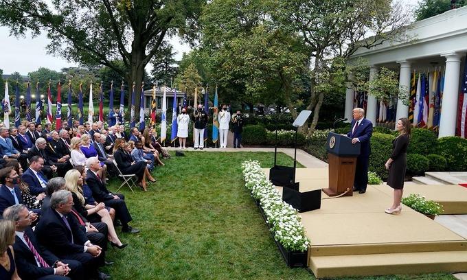 Tổng thống Mỹ Donald Trump đề cử thẩm phán Amy Coney Barret trước các khách mời tại buổi lễ ở Vườn Hồng, Nhà Trắng, thủ đô Washington, hôm 26/9. Ảnh: Washington Post.