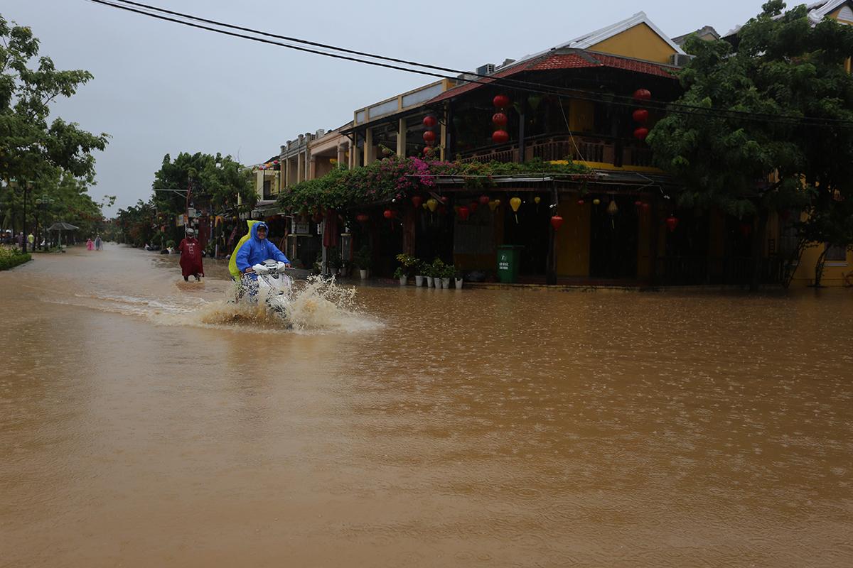 Đường Nguyễn Phúc Chu nằm bên sông Hoài ngập 30cm chiều 8/10. Ảnh: Đắc Thành.