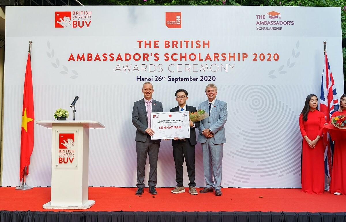 Lê Nhật Nam nhận học bổng Đại sứ Vương quốc Anh. Ảnh: BUV.