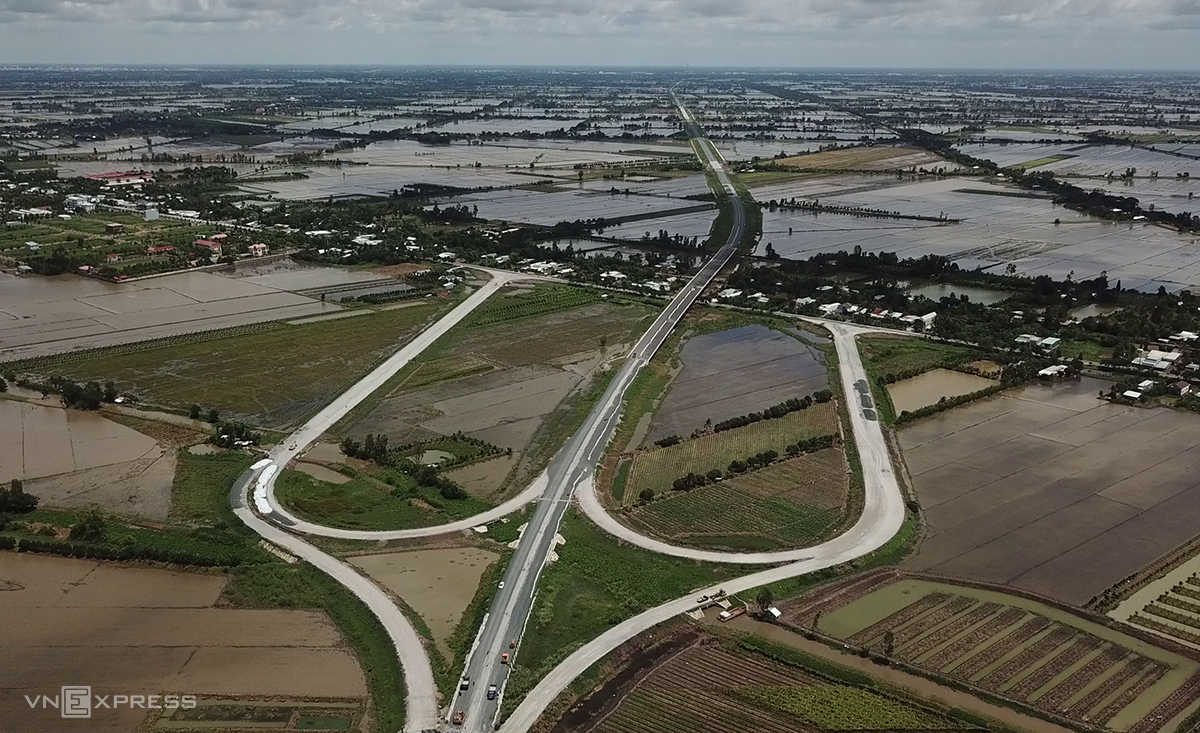 Nút giao giữa khu vực cầu Bốn Tổng và cầu Láng Sen, trên cao tốc Lộ Tẻ - Rạch Sỏi đã thành hình thành, chuẩn bị thông tuyến trong tháng 10. Ảnh: Cửu Long.