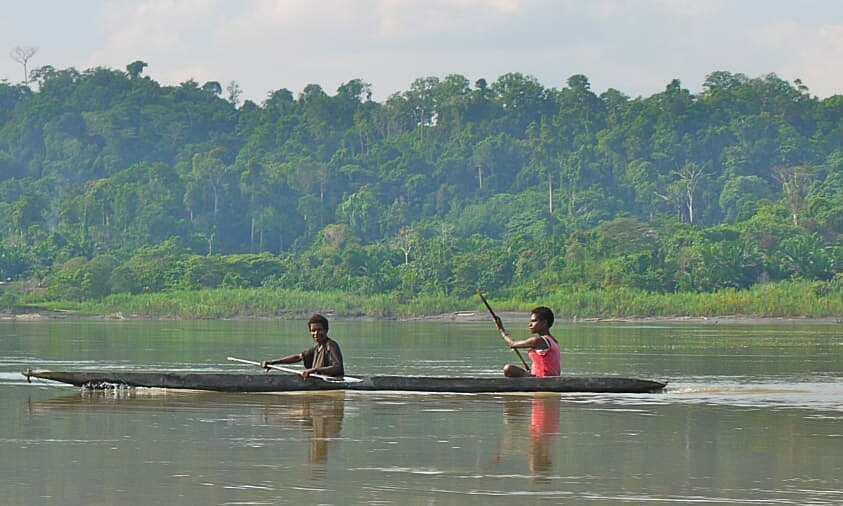 Người dân chèo thuyền trên sông Sepik, Papua New Guinea. Ảnh: CNN.