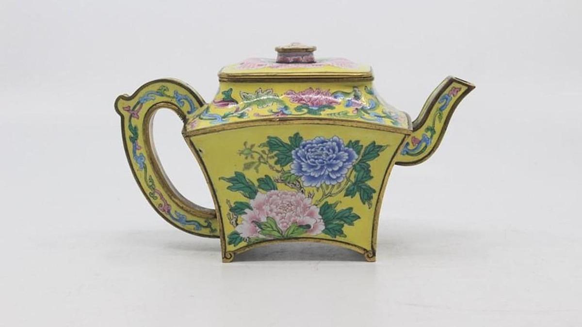 Bình rượu có hình dáng giống ấm trà có niên đại từ thế kỷ 18. Ảnh: Hansons