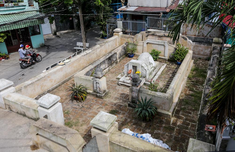 Mộ của ông Tạ Dương Minh, hiệu Thủ Đức, tiền hiền thôn Linh Chiểu nằm sâu cuối đường số 10 (phường Linh Chiểu, quận Thủ Đức). Ảnh: Quỳnh Trần