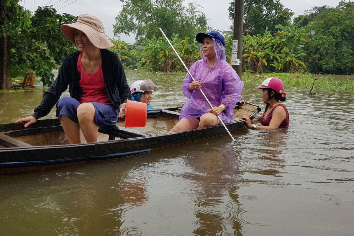 Người dân xã Hoà Liên vất vả đi lại bằng thuyền vì nước ngập sâu cả mét. Ảnh: Đông Hồ.