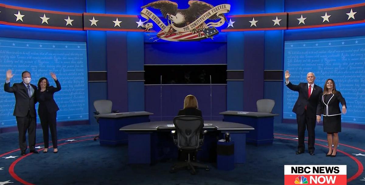 Vợ chồng Harris (trái) và gia đình Pence sau cuộc tranh luận. Ảnh chụp màn hình.