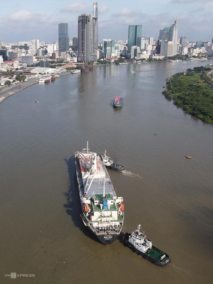 Tàu Bayani chở toa tàu Metro Số 1 trên đường vào cảng Khánh Hội, quận 4, sáng 8/10. Ảnh: Hữu Khoa.