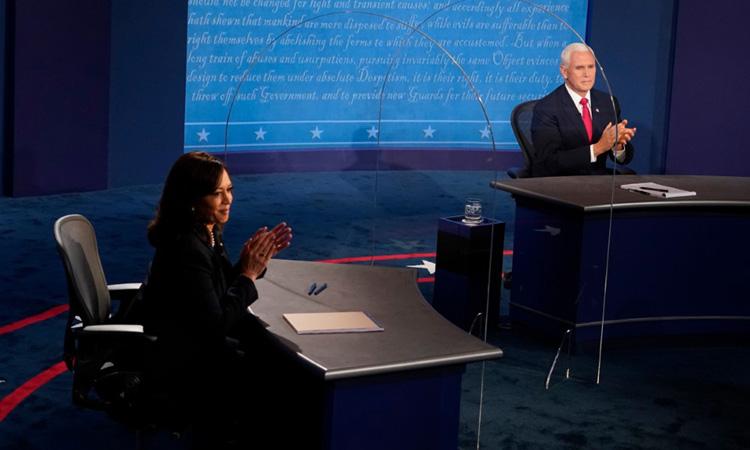 Phó tổng thống Mike Pence (phải) và ứng viên phó tổng thống đảng Dân chủ Kamala Harris tại buổi tranh luận tối 7/10. Ảnh: AFP.