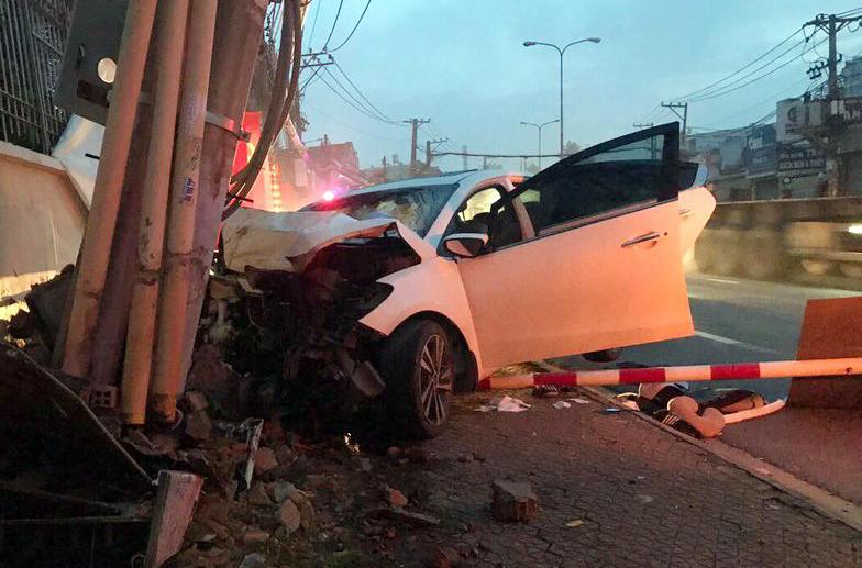 Chiếc ôtô của nhóm trộm tông vào trụ điện. Ảnh: Đình Văn.