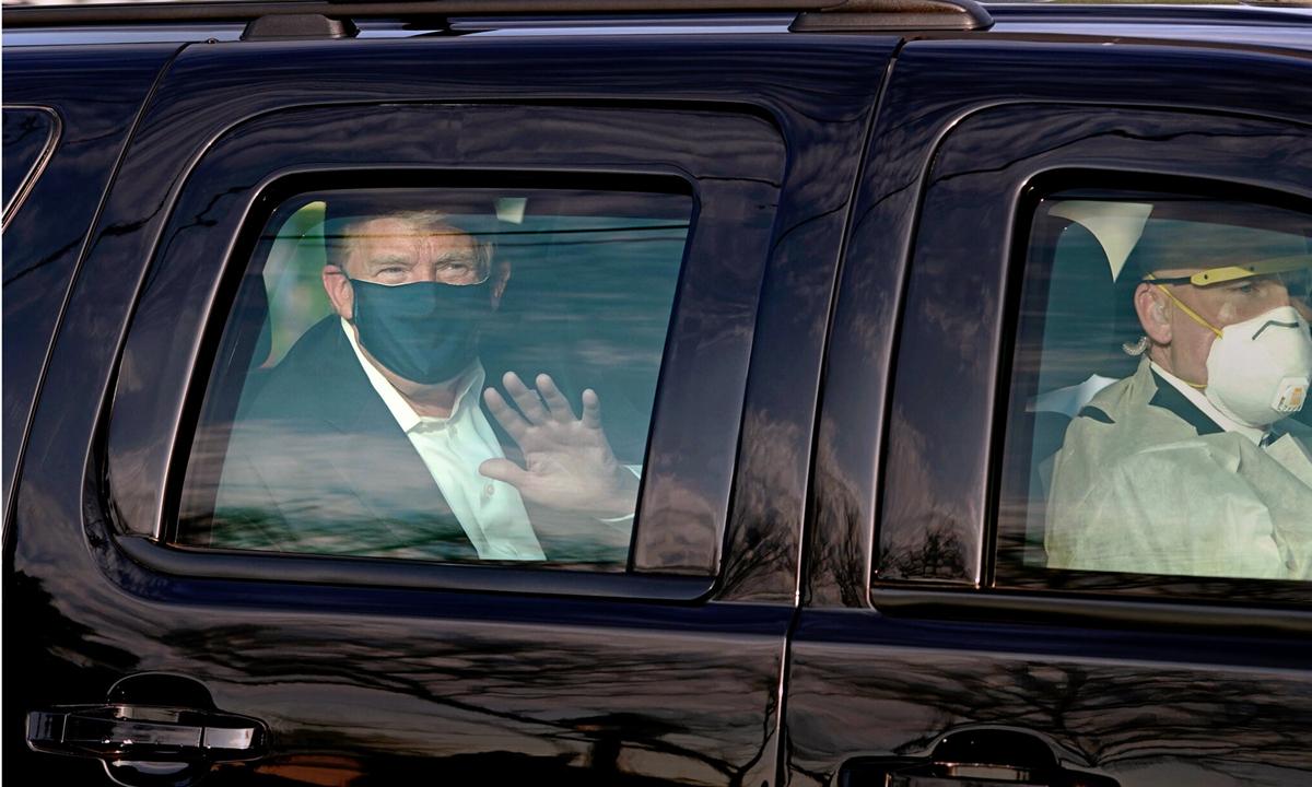 Tổng thống Trump ngồi xe ra ngoài chào người ủng hộ ở Trung tâm Quân y Quốc gia Walter Reed tại Maryland hôm 4/10. Ảnh: AFP.