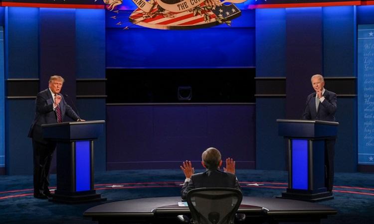 Tổng thống Trump (trái) và ứng viên tổng thống đảng Dân chủ Biden tại buổi tranh luận đầu tiên ở Ohio hôm 29/9. Ảnh: AFP.