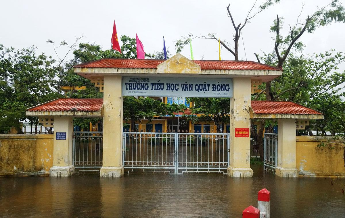 Trường Tiểu học Vân Quật Đông, thị xã Hương Trà chiều 8/10, học sinh được nghỉ học. Ảnh: Võ Thạnh.