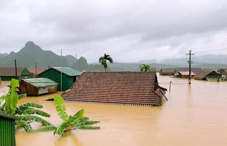 Nhiều ngôi nhà ở xã Tân hóa bị nước dâng tận nóc. Ảnh: Tiến Thành