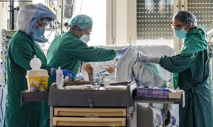 Các nhân viên y tế điều trị cho bệnh nhân nhiễm nCoV tại một bệnh viện ở Rome, Italy, ngày 21/4. Ảnh: AFP.
