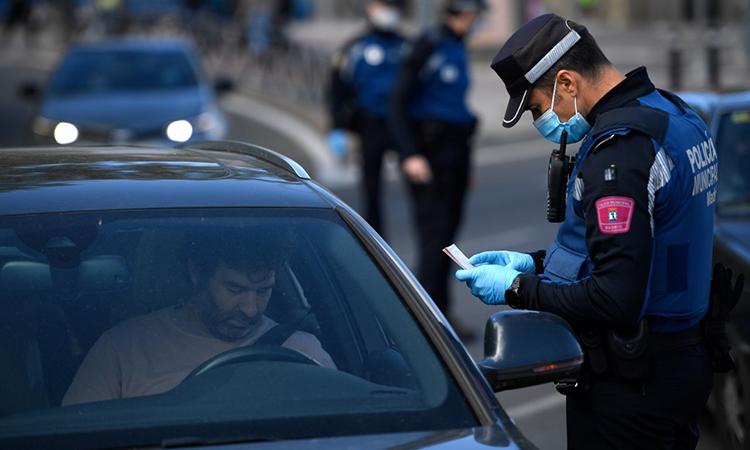 Cảnh sát kiểm tra phương tiện tại một chốt kiểm soát ở thủ đô Madrid, Tây Ban Nha, ngày 3/10. Ảnh: AFP.