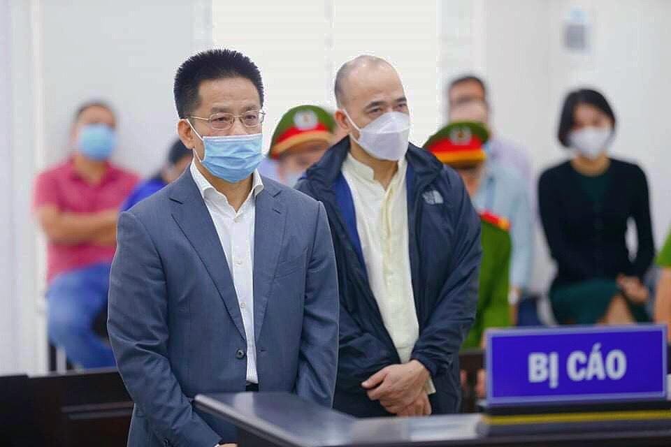 Bị cáo Sơn (trái) và Hải tại phiên toà ngày 9/10. Ảnh: Danh Lam