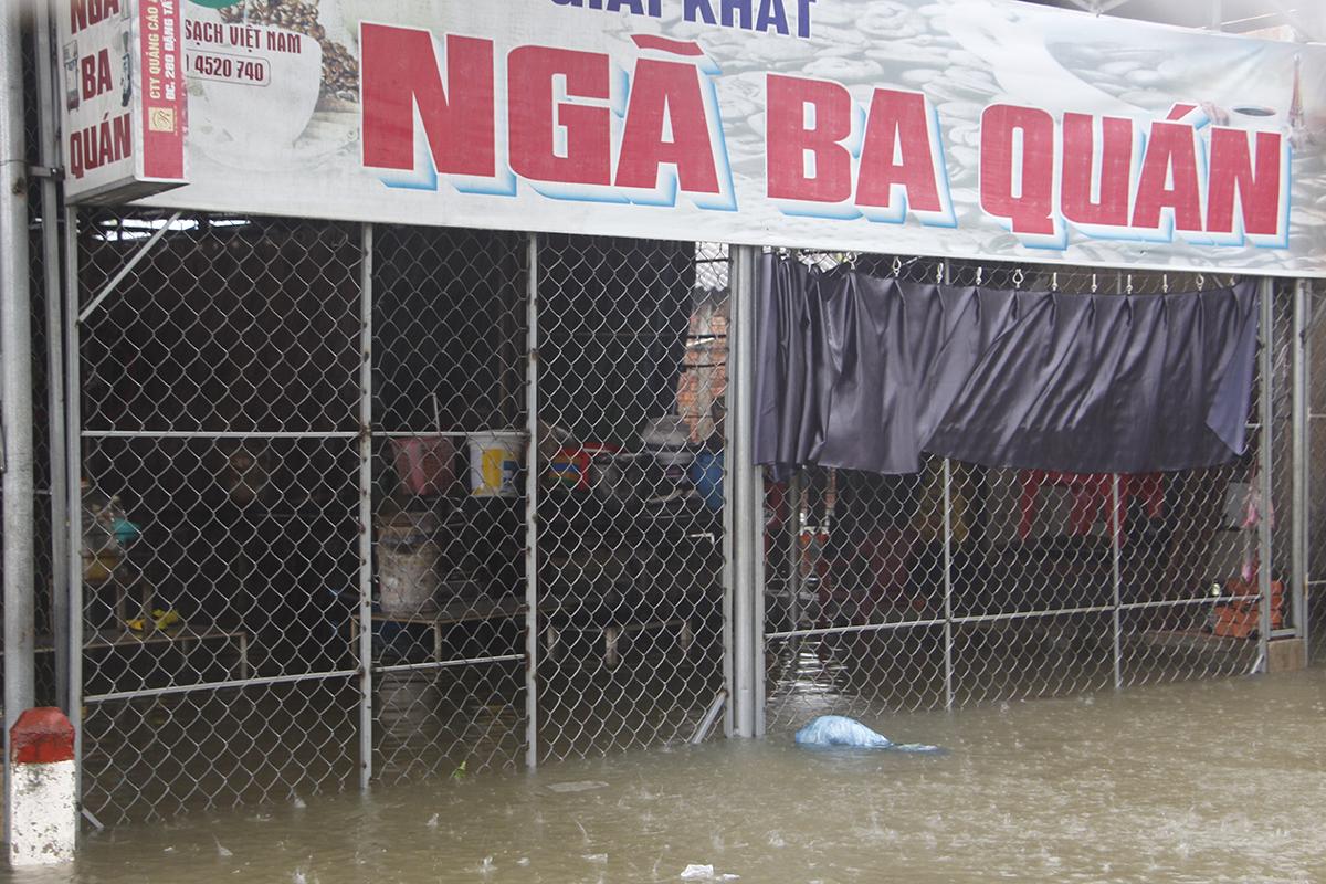 Nhà người dân ở thôn Thủy Phú bị ngập sâu trong nước lũ. Ảnh: Võ Thạnh