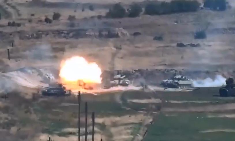Xe tăng Azerbaijan trúng đạn pháo binh Armenia. Ảnh: Bộ Quốc phòng Armenia.