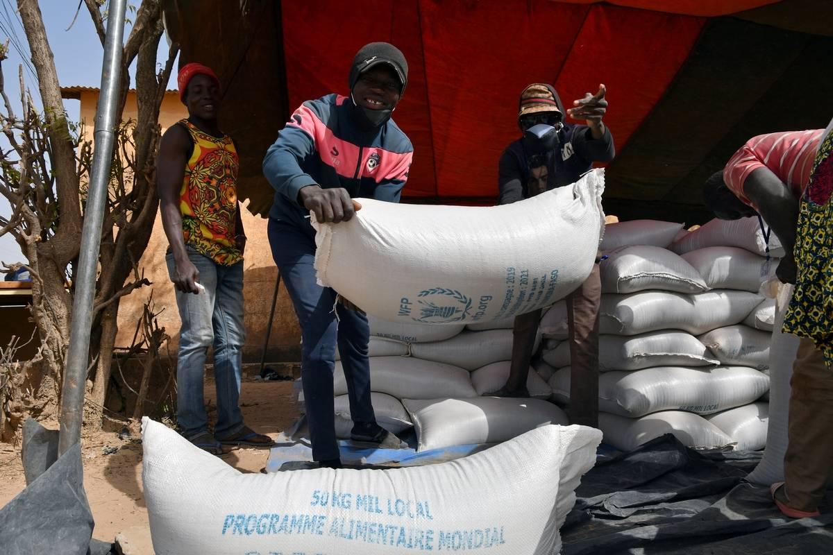 Công nhân bốc dỡ hàng viện trợ do Chương trình Lương thực Thế giới (WFP) cung cấp để phân phát ở Pissila, Burkina Faso, ngày 24/1. Ảnh: Reuters.