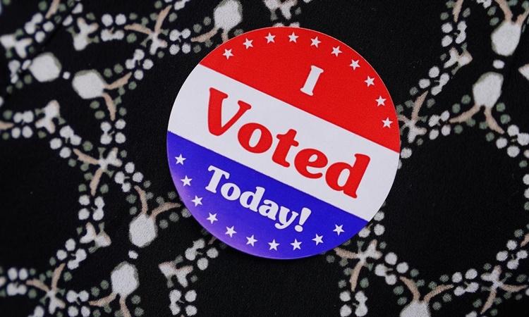 Miếng dán I Voted Today được phân phát trong cuộc bầu cử giữa kỳ Mỹ năm 2018 ở khu vực bờ biển Ponte Vedra, Florida. Ảnh: Reuters.