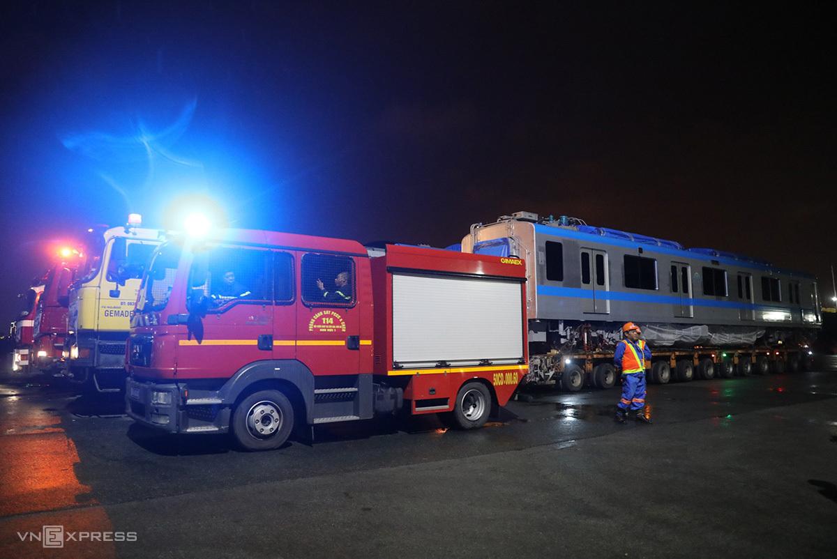 Xe cứu hỏa tham gia hộ tống đoàn xe chở metro. Ảnh: Quỳnh Trần.