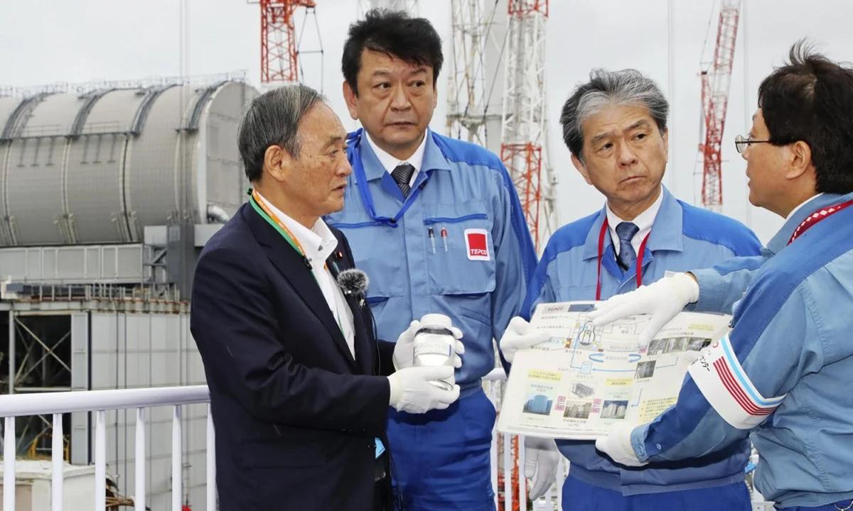 Thủ tướng Suga (trái) tới thăm nhà máy hạt nhân Fukushima Daiichi hồi tháng 9. Ảnh: Kyodo.