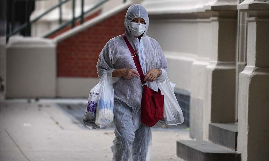 Một người mặc đồ bảo hộ khi đi mua sắm tại thành phố New York, Mỹ, hôm 5/10. Ảnh: AFP.