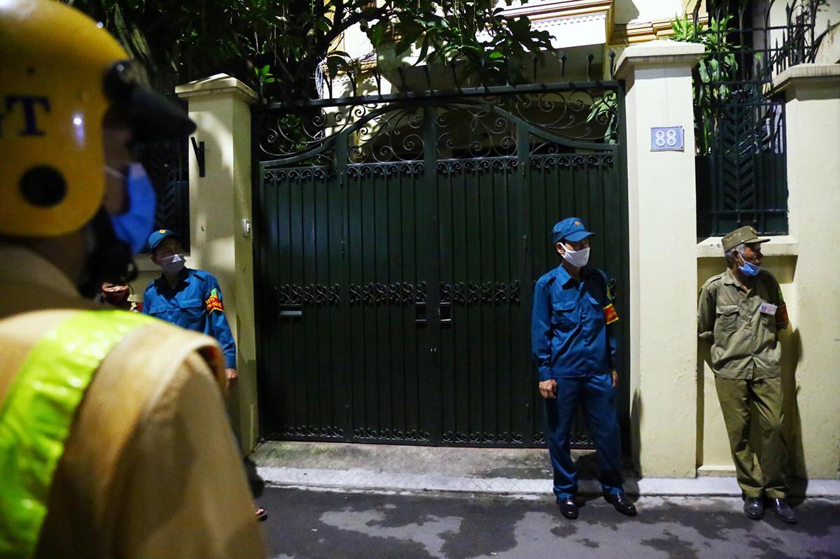 Nhà ông Chung được bảo vệ trong lúc nhà chức trách khám xét, tối 28/8. Ảnh: Phạm Dự.