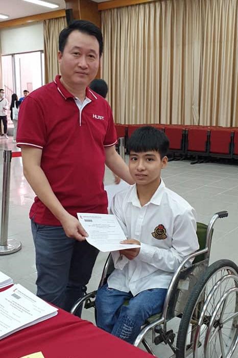 PGS Trần Trung Kiên và Phạm Tất Minh trong ngày nhập học Đại học Bách khoa Hà Nội, 9/10. Ảnh: HUST