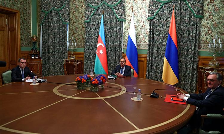 Ngoại trưởng Azerbaijan Jeyhun Bayramov (trái), Ngoại trưởng Nga Sergey Lavrov (giữa) và Ngoại trưởng Armenia Zohrab Mnatsakanyan (phải) trong cuộc hội đàm tại Moskva, ngày 9/10. Ảnh: RIA Novosti.