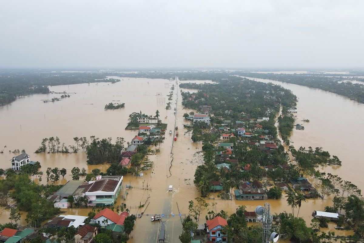 Tuyến Quốc lộ 1A qua thị xã Hương Trà, gần sông Bồ ngập sâu. Ảnh: Võ Thạnh