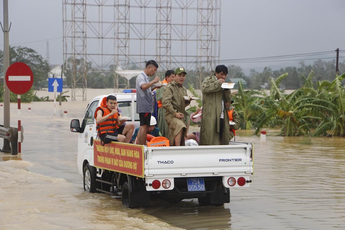 Cảnh sát giao thông dùng cơm trên đường Quốc lộ 1A. Ảnh: Võ Thạnh